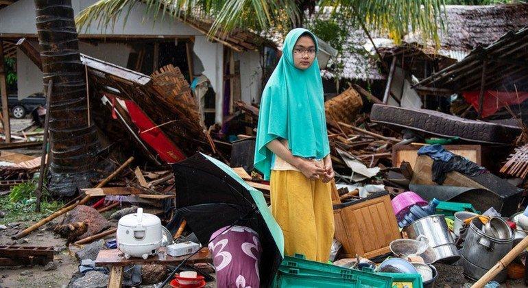 Sinta, de 19 años, cerca de su casa que se derrumbó durante el tsunami en el distrito de Cinangka, Serang, Banten.Indonesia. 24 de diciembre de 2018.