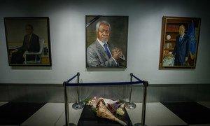 Flores colocadas sob o retrato de Kofi Annan na galeria de ex-Secretários-Gerais da ONU no lobby do Secretariado. O sétimo Secretário-Geral das Nações Unidas (de 1997 a 2006), Annan faleceu em 18 de agosto aos 80 anos.