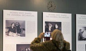 """70 anos da Declaração Universal dos Direitos Humanos. Um visitante da sede da ONU tira uma foto da exposição """"Mulheres que moldaram a Declaração Universal"""" em exposição no saguão"""