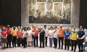 Os membros do Conselho de Segurança, vestindo as camisas de suas seleções, reuniram-se para marcar a abertura da Copa do Mundo de 2018.