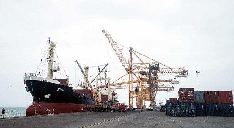 Порт Ходейда - один из немногих транспортных узлов, через которые в страну поступает гуманитарная помощь и топливо.