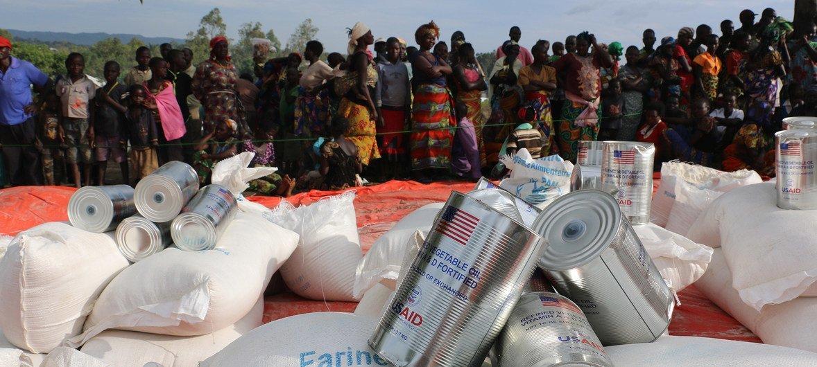 Shirika la Umoja wa Mataifa la mpango wa chakula duniani, WFP likigawa chakula katika maeneo yenye mizozo kama DRC na CAR. Sehemu ya misaada hutolewa na wadau kama USAID.
