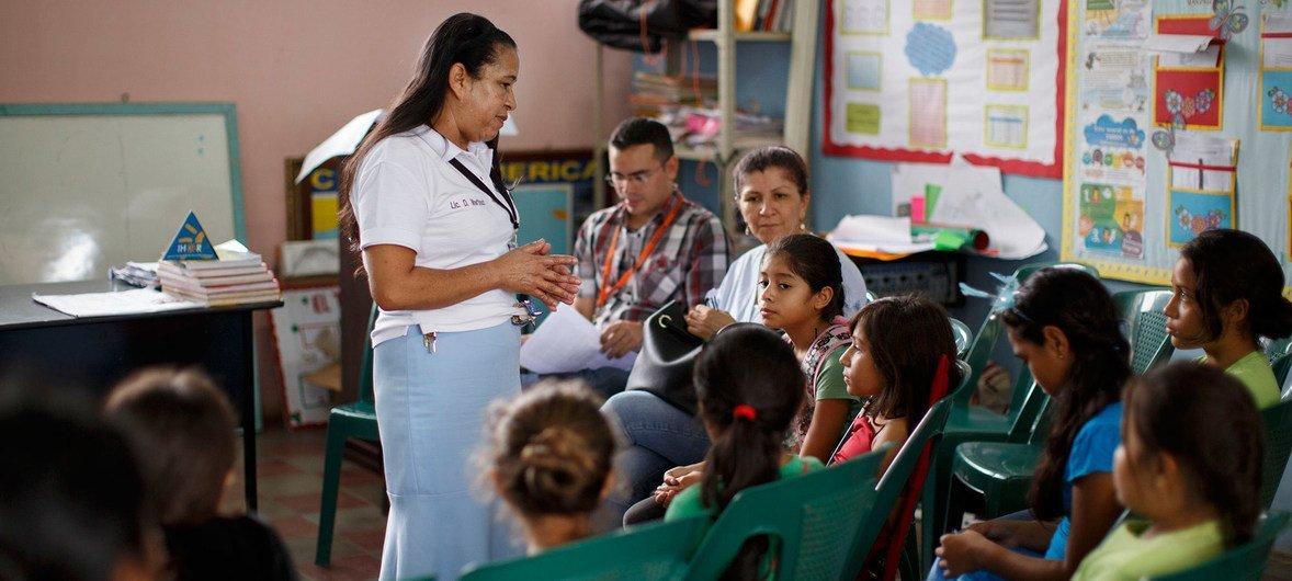Professora explica a importância da vacinação contra o câncer de colo do útero