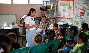 Un enseignant explique l'importance de la vaccination dans la lutte contre le cancer du col utérin.