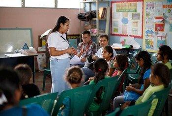 أستاذة تشرح أهمية التطعيم لمكافحة سرطان عنق الرحم.