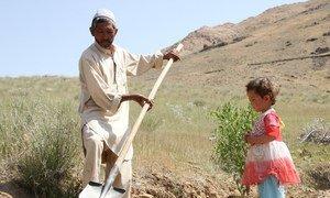 अफ़ग़ानिस्तान में सूखे से ज़मीन बंजर हो गई है जिससे खाद्य सुरक्षा पर असर पड़ रहा है.