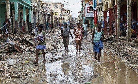 Травмы, распространение инфекционных заболеваний, гибель в результате наводнений и ураганов, тепловые удары - таковы последствия климатических изменений для здоровья людей.