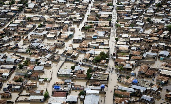 الإعصار توماس يؤدي إلى فيضان المياه في شوارع غوناييف في هايتي.