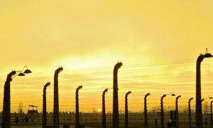 夕阳下的奥斯维辛集中营。这里已成为大屠杀、灭绝种族和恐怖暴行的象征。(2013年资料图片)