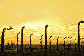 Jua likizama katika kambi ya Auschwitz-Birkenau walikopata mateso wayahudi.  Kambi hii iliyopo Poland imesalia kuwa ishara ya ugaidi, mauaji ya kimbari na ya holocaust.