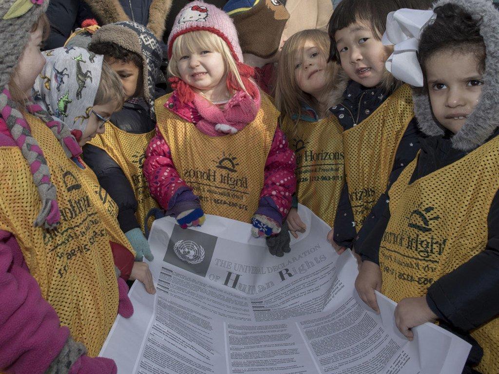 Recreación de la foto clásica de los niños con la Declaración Universal de los Derechos Humanos, para conmemorar su aniversario número 70.