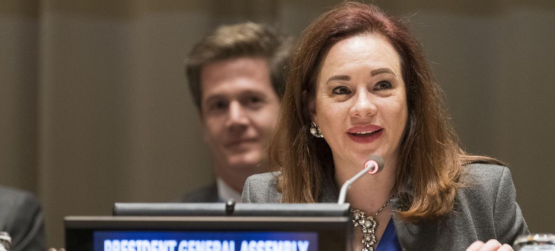 Мария Фернанда Эспиноса из Эквадора передает «бразды правления» Генеральной Ассамблеей Председателю ее 74-й сессии Тиджани Мухаммаду Банде.