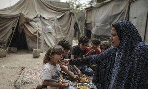 大规模的贫困和失业使加沙百姓的粮食不安全状况日益加剧,持续不断的食品援助对于保护脆弱巴勒斯坦难民的生计而言至关重要。