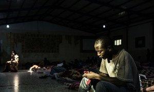 Un joven migrante en un centro de detención en Libia.
