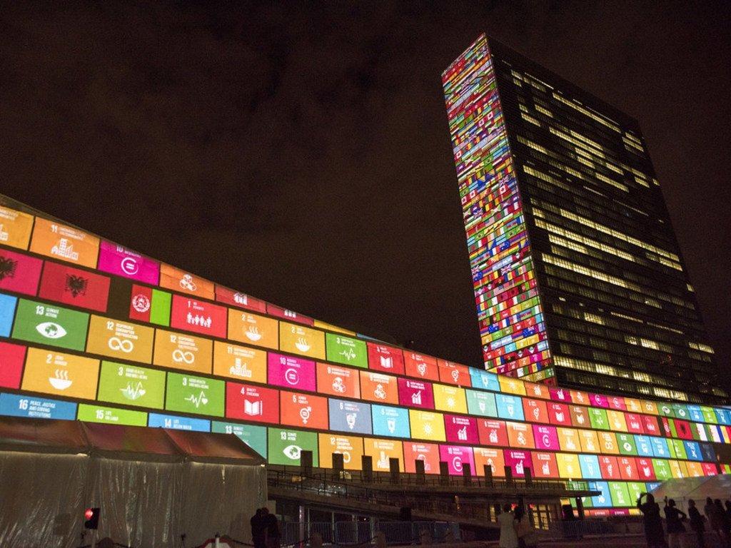 Les Objectifs de développement durable (ODD) projetés en vidéo sur les façades des bâtiments de l'Assemblée générale et du Secrétariat des Nations Unies à New York en 2015.