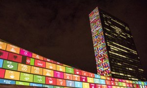 Les Objectifs de développement durable (ODD) projetés en vidéo sur les façades des bâtiments de l'Assemblée générale et du Secrétariat des Nations Unies à New York.