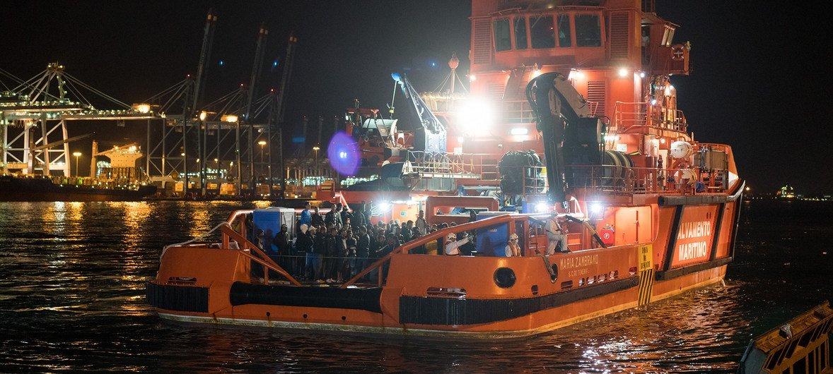 Un bote de la Guardia Costera de España después de rescatar a 146 migrantes y refugiados del Mediterráneo.