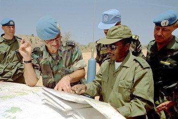 أرشيف: الميجور جنرال باتريك كاميرت (الثاني من اليسار) أثناء توليه قيادة بعثة الأمم المتحدة في إثيوبيا وإريتريا 1 يونيه 2001.