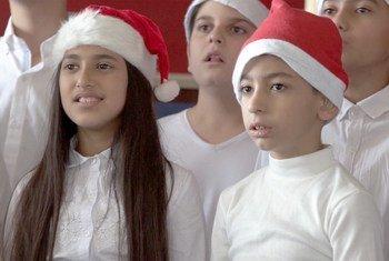ستة وعشرون طفلا من الصم وضعاف السمع ضمهم احتفال من نوع فريد للاحتفال بعيد الميلاد.