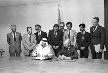 (من الأرشيف) الأمين العام السابق كورت فالدهايم مع الأمير طلال بن عبد العزيز آل سعود أثناء توقيعه على تعهد بمبلغ 40 مليون دولار لليونيسف.