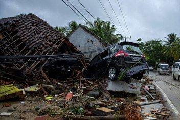 Gari ambalo limeharibiwa  na Tsunami katika kijiji cha  Labuhan, Pandeglang, Banten, Indonesia.