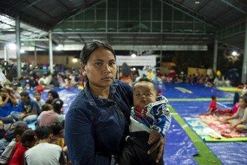 Luisiana, 28 ans, et son enfant de 4 mois dans un refuge temporaire du village de Rancateureup, à Pandeglang, dans le district de Banten, en Indonésie. Les conditions dans le refuge ont affecté la santé de l'enfant de Luisiana qui souffre de fièvre.