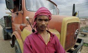 Водитель - молодой избиратель в Бангладеш