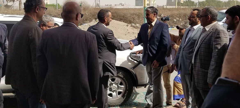 Aperto de mão entre os chefes de delegação do Comitê de Coordenação e Reimplementação, em Hodeida, no Iémen.