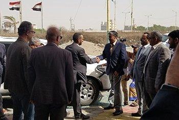 Representantes de ambas partes del Comité de Coordinación de Reubicación de Yemen se dan la mano.