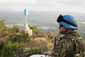 """Un casco azul de la ONU patrilla en la """"Línea Azul"""" en el sur del Líbano."""