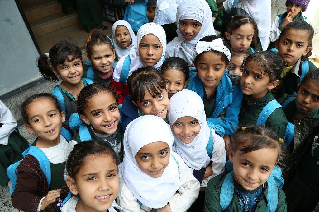 طالبات تلقين حقائب مدرسية من اليونيسف، يتجمعن في فناء مدرسة السعيد في إب. يناير/كانون الثاني 2016.