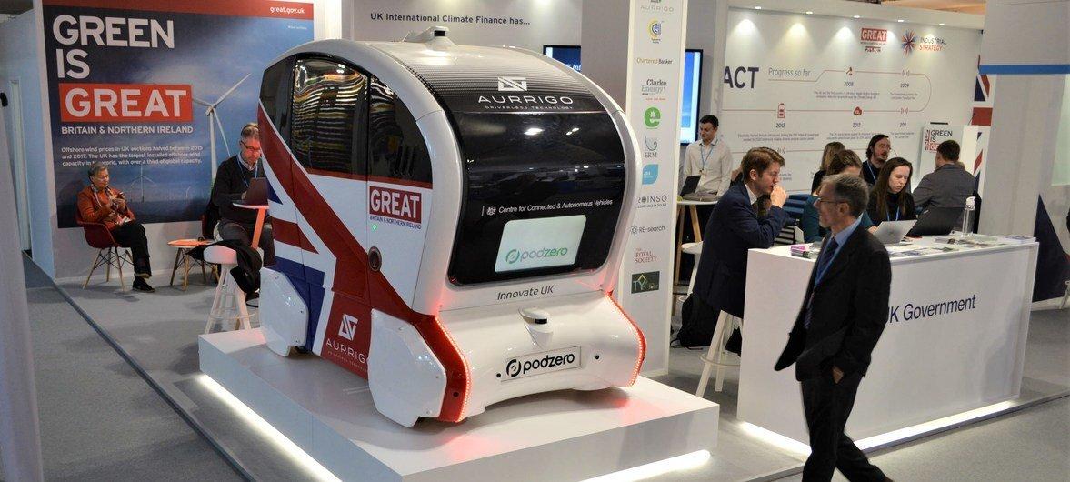 Une voiture électrique et sans chauffeur au pavillon du Royaume-Uni à la Conférence sur le climat à Katowice, en Pologne.