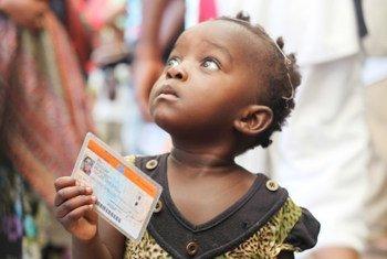 Mtoto akiwa ameshika karatasi ya kupigia kura kwenye uchaguzi wa DRC wa mwaka 2011.