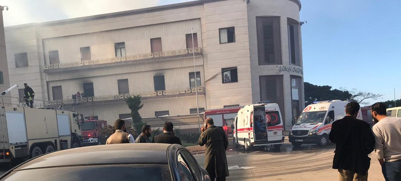 Машины скорой помощи у здания МИДа Ливии после теракта.