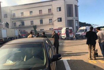 [FOTO DE ARCHIVO] Vehículos de emergencia en Trípoli tras el ataque al Ministerio de Relaciones Exteriores de Libia.