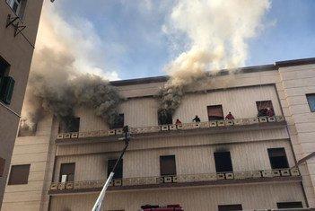 Les secours interviennent sur le lieu d'une attaque perpétrée contre le ministère libyen des Affaires étrangères à Tripoli (archives).