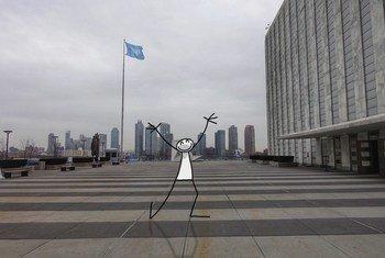 Elyx sur l'esplanade du Siège de l'ONU pour marquer le 70e anniversaire de la Déclaration universelle des droits de l'homme.