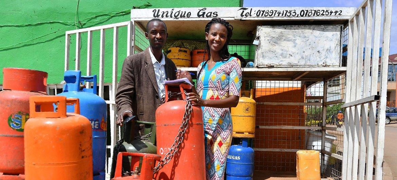 रवांडा में खाना पकाने के लिए गैस का सहारा लेते बुरुंडी के शरणार्थी.