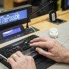 مشارك يستخدم نظام بريل في فعالية خاصة باليوم الدولي للأشخاص ذوي الإعاقة. (2018)