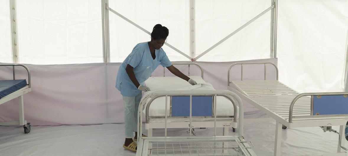Enfermeira prepara uma cama para um paciente com suspeitas de ebola, no Hospital Bwera, na RD Congo.