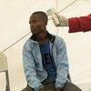 Un volontaire de la Croix-Rouge en Ouganda mesure la température d'un Congolais avec un thermomètre à Bwera, à la frontière entre l'Ouganda et la République démocratique du Congo (septembre 2018).