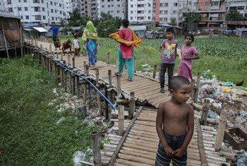 बांग्लादेश की राजधानी ढाका में एक ग़रीब बस्ती का द़श्य.