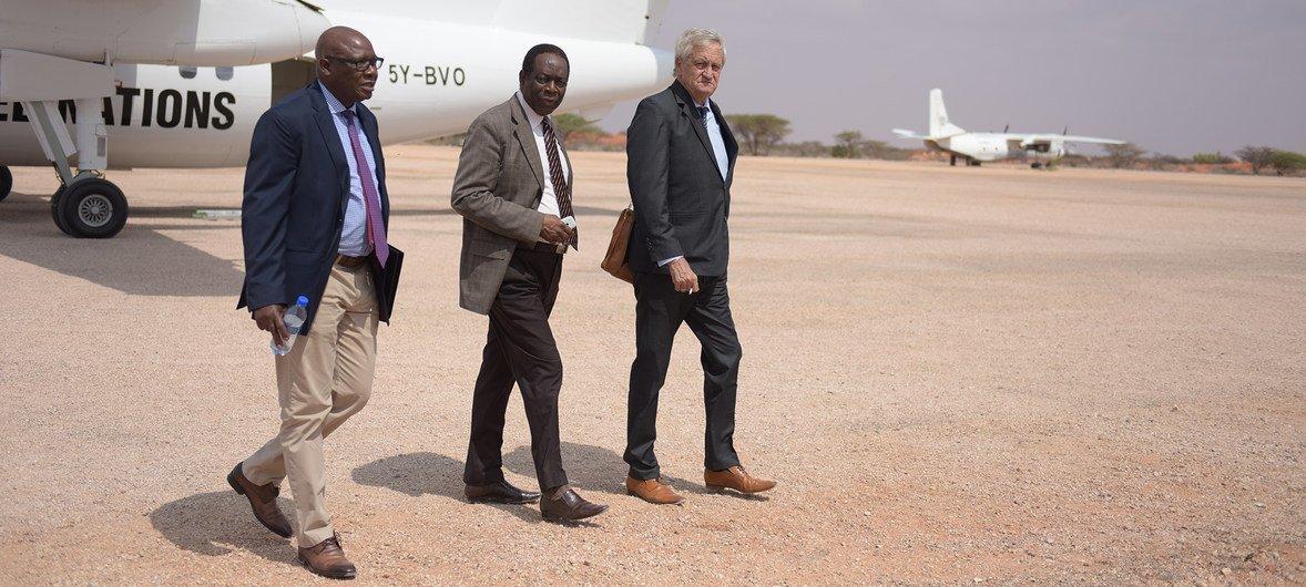 Nicholas Haysom,(kulia) wakati alipowasili mjini Somalia mwezi Novemba mwaka 2018 akiwa na maafisa wenzake waandamizi wa UN
