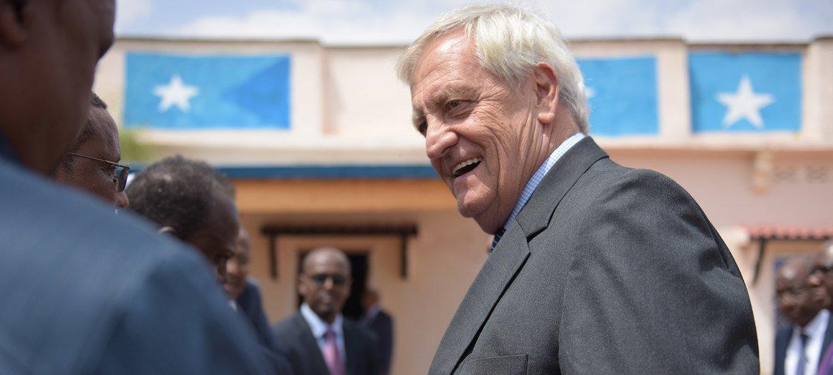 सोमालिया में संयुक्त राष्ट्र महासचिव के विशेष प्रतिनिधि निकोलस हेसम सोमाली अधिकारियों से मिलते हुए.