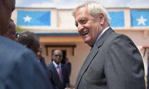 Nicholas Haysom, wakati akiwa Somalia akitekeleza jukumu lake la uwakilishi maalum wa Katibu Mkuu wa UN. Hapa akikutana na maafisa wa serikali ya Somalia mwezi Novemab mwaka 2018.