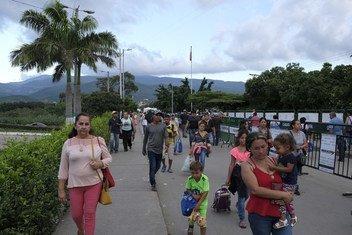 Refugiados y migrantes venezolanos cruzando hacia Colombia.