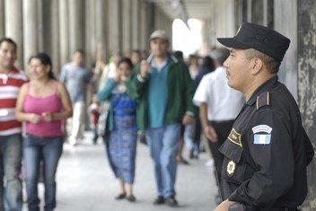 一名警察在危地马拉城的一个贸易区进行巡逻资料图片。