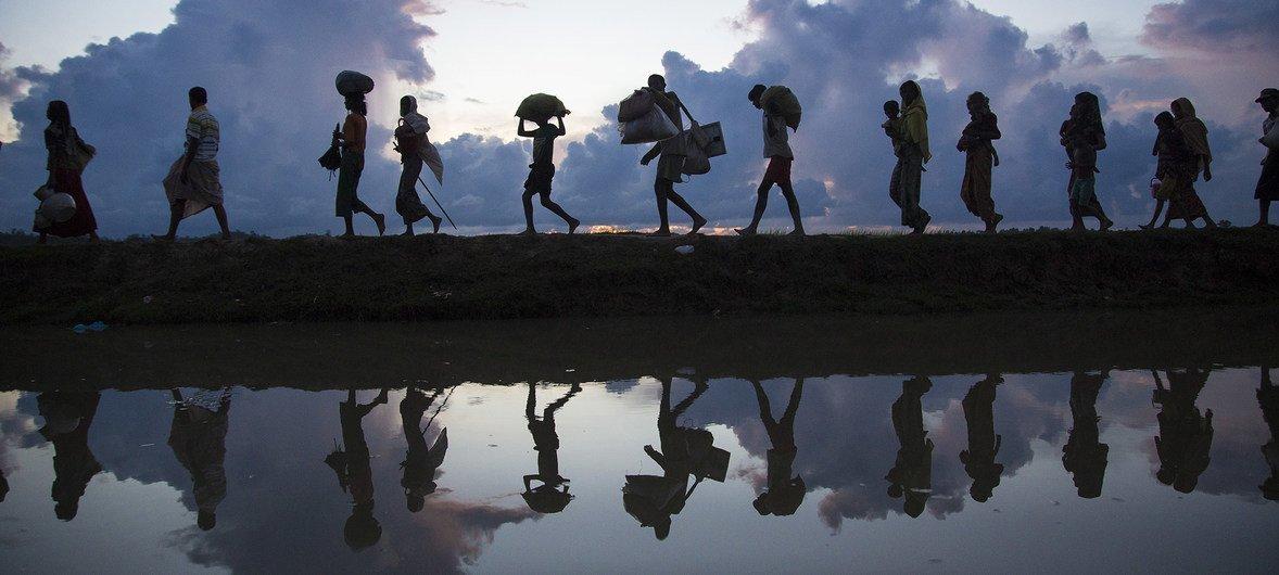 Refugiados rohingya cruzando a fronteira para o Bangladesh