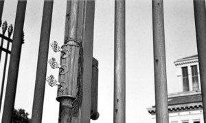 هذه اﻟﻤﻔﺎﺗﻴﺢ اﻟﺮﻣﺰﻳﺔ ﺗﻤﺜﻞ الأطراف اﻟﺜﻼﺛة وهم العمال، أصحاب العمل، والدولة، وقد استخدمت رمزا لاﺣﺘﻔﺎلية تدشين ﻣﺒﻨﻰ ﻣﻨﻈﻤﺔ اﻟﻌﻤﻞ اﻟﺪوﻟﻴﺔ عام 1926.