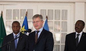 Le chef des opérations de paix de l'ONU, Jean-Pierre Lacroix (au centre), s'adresse aux journalistes lors d'un point de presse à Bangui, en République centrafricaine, aux côtés du Président de la RCA, Faustin Archange Touadéra
